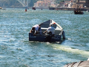 The barcos rabelos are towed to the start near the mouth of the river. Our boatmen stayed alongside throughout the race, in the event of trouble. As an example, the spar on sister brand Cockburn's boat snapped, and they had to be towed back into port.